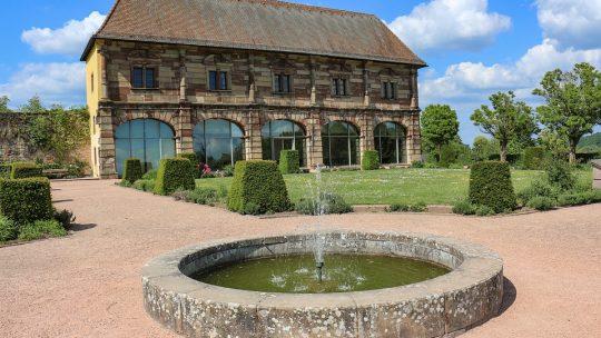 Une fontaine pour bien aménager le jardin